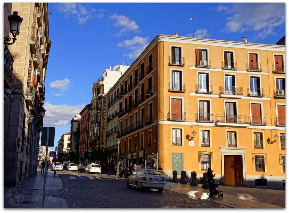 Madryt, Budynek narogu Calle Mayor iPlaza de la Villa