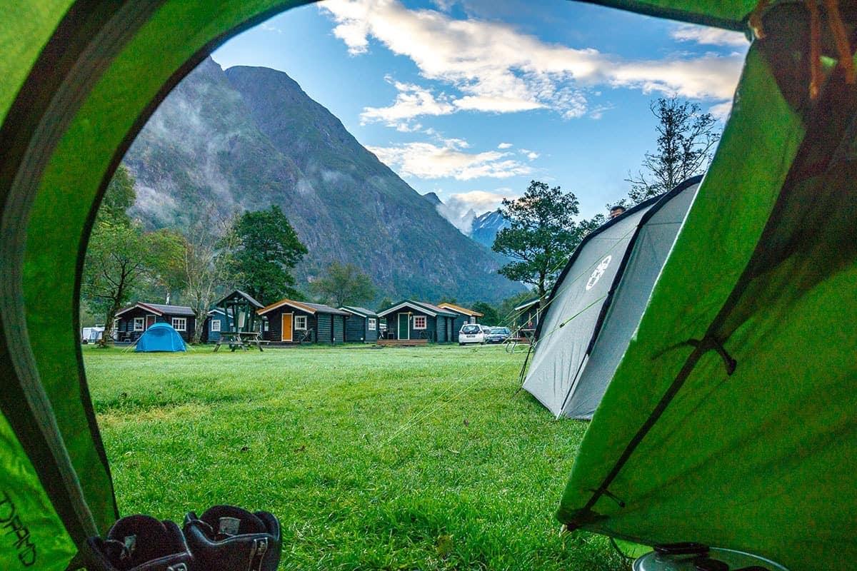 Widok z namiotu na campingu w Andalsnes