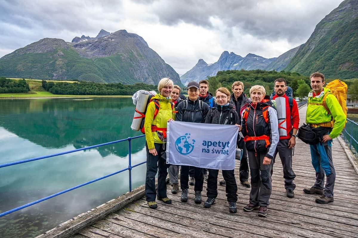 Grupa Apetyt na Świat na mostku prowadzącym na Andalsnes Camping