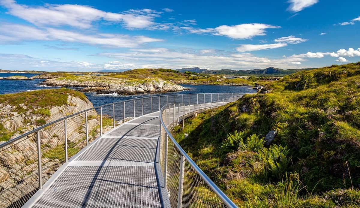 Widok ze ścieżki spacerowej wzdłuż Drogi Atlantyckiej
