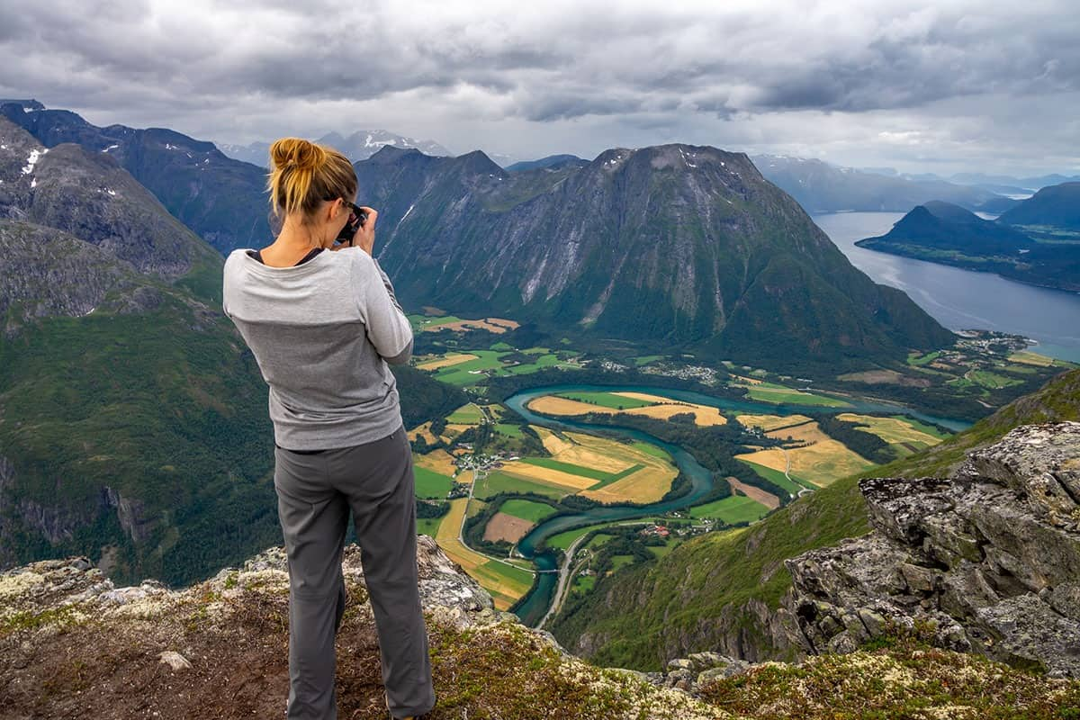 Romsdalseggen - dziewczyna fotografuje widok