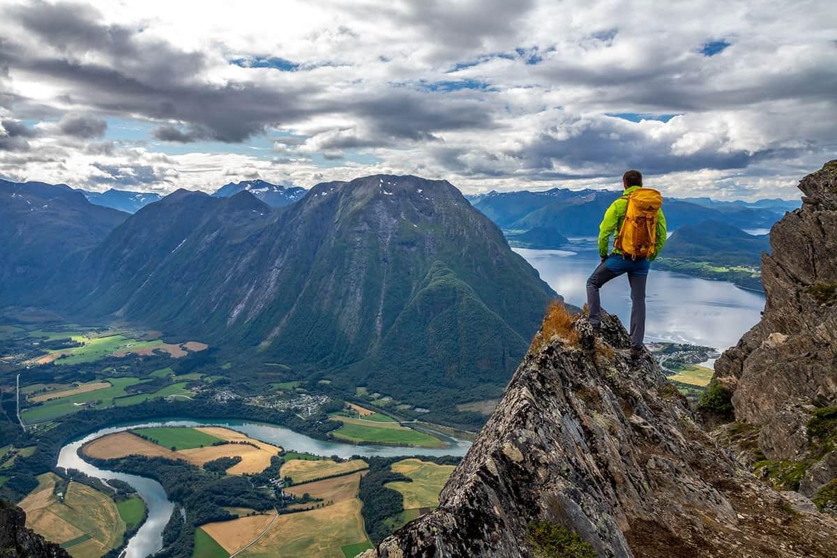 Turysta na skale na szlaku Romsdalseggen