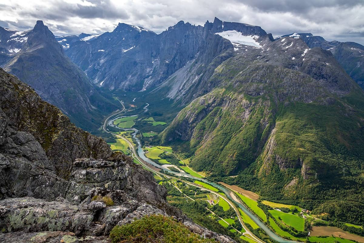Romsdalseggen i widok na dolinę rzeki Rauma