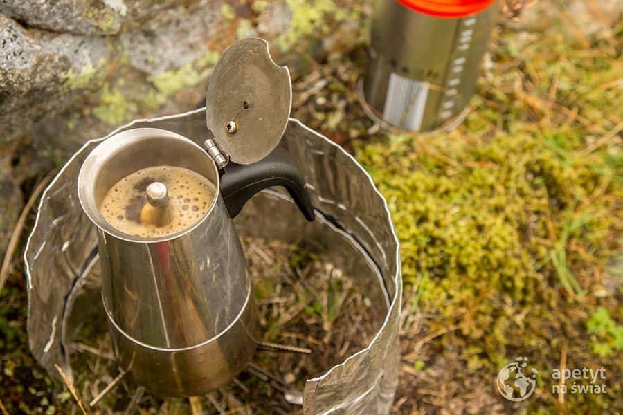 Kawiarka i świeża pachnąca kawa na łonie natury
