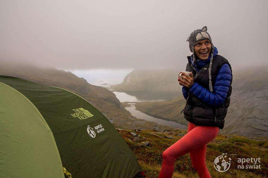 Lofoty, namiot i dziewczyna pijąca kawę, radość, uśmiech