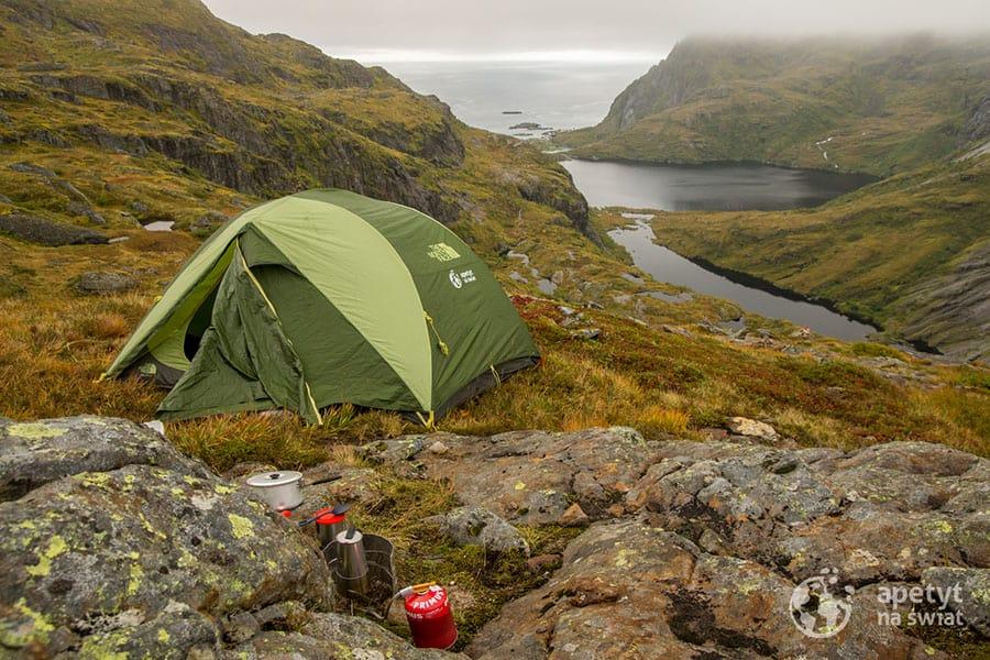 Lofoty, namiot, widok na morze, palnik i kawiarka