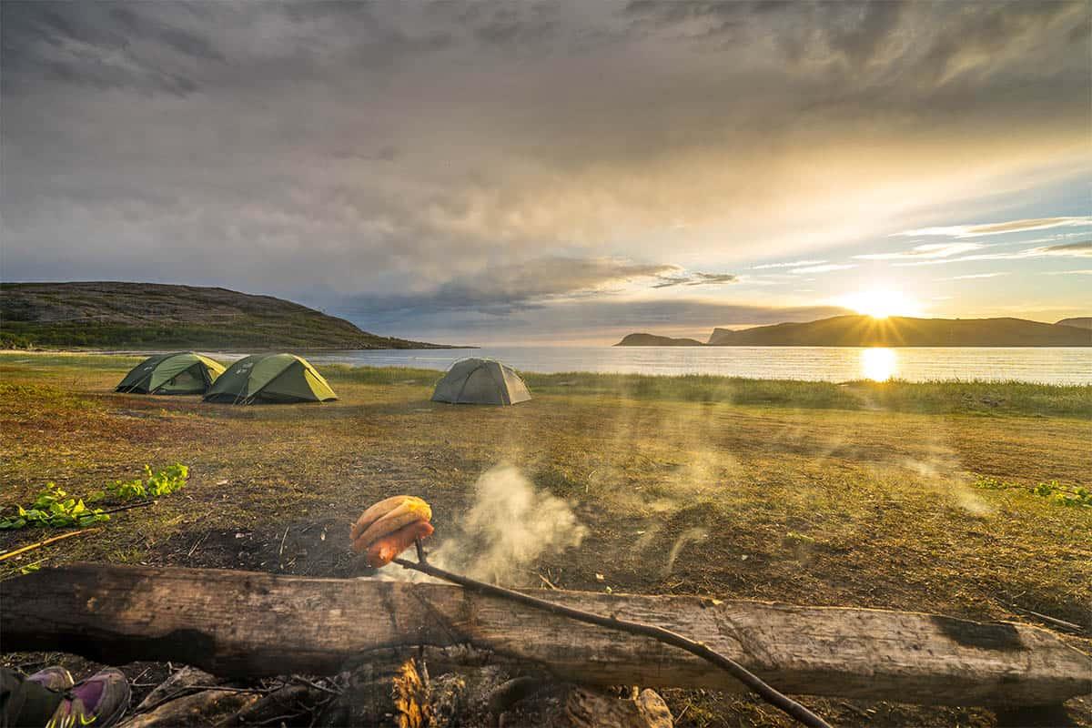 Północna Norwegia, ognisko i nocleg na plaży