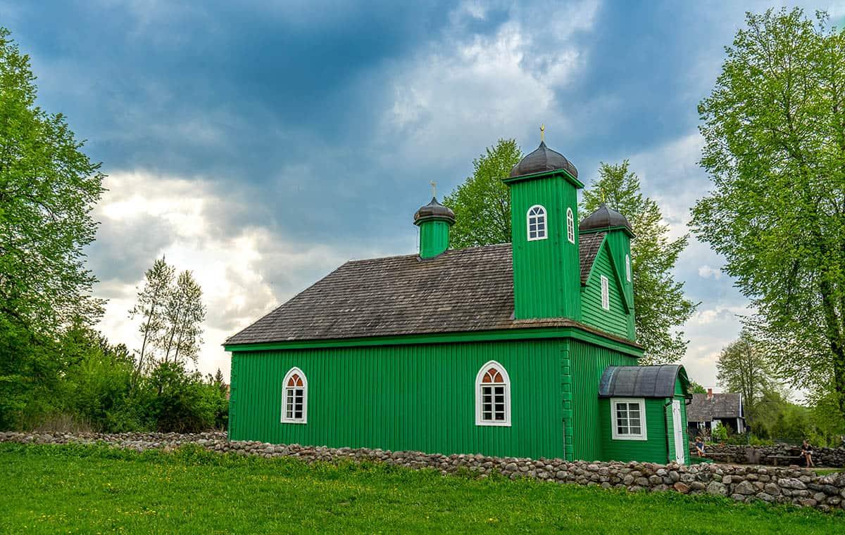 Meczet w Kruszynianach tonący w zieleni