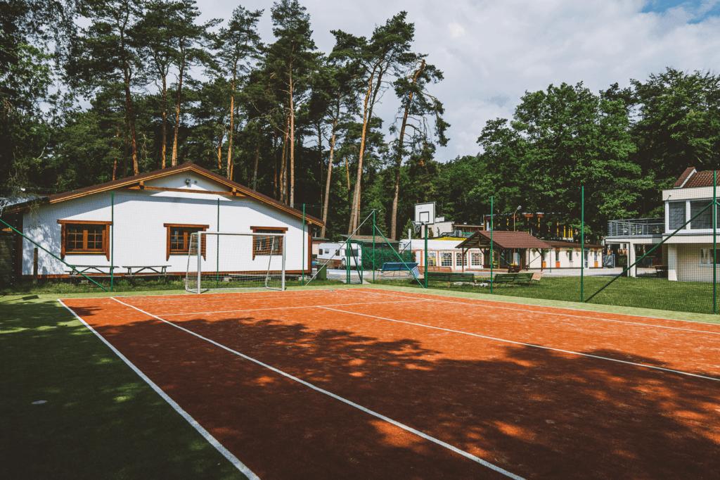 Kort tenisowy na obiekcie