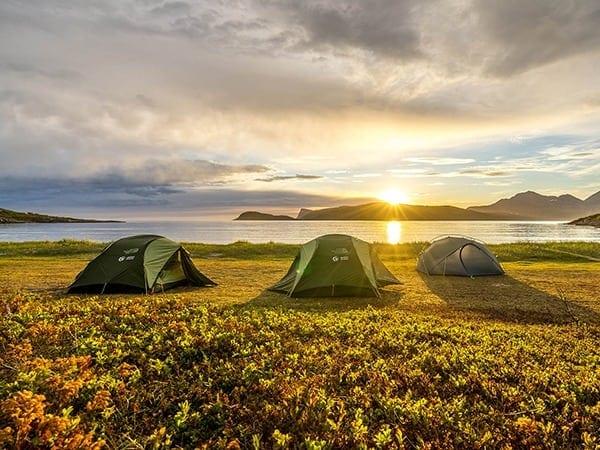 Północna Norwegia - namioty na plaży