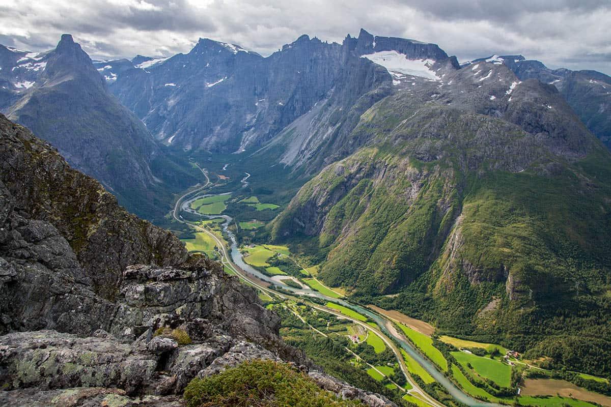 Szlak trekkingowy Romsdalseggen. Piękny widok nadolinę rzeki Rauma.