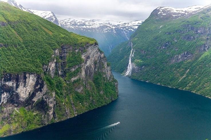 Widok na fiord Geiranger i wodospad Siedem Sióstr