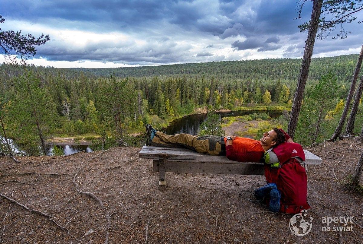 Park Narodowy Oulanka, szlak Karhunkierros, odpoczynek nałonie natury