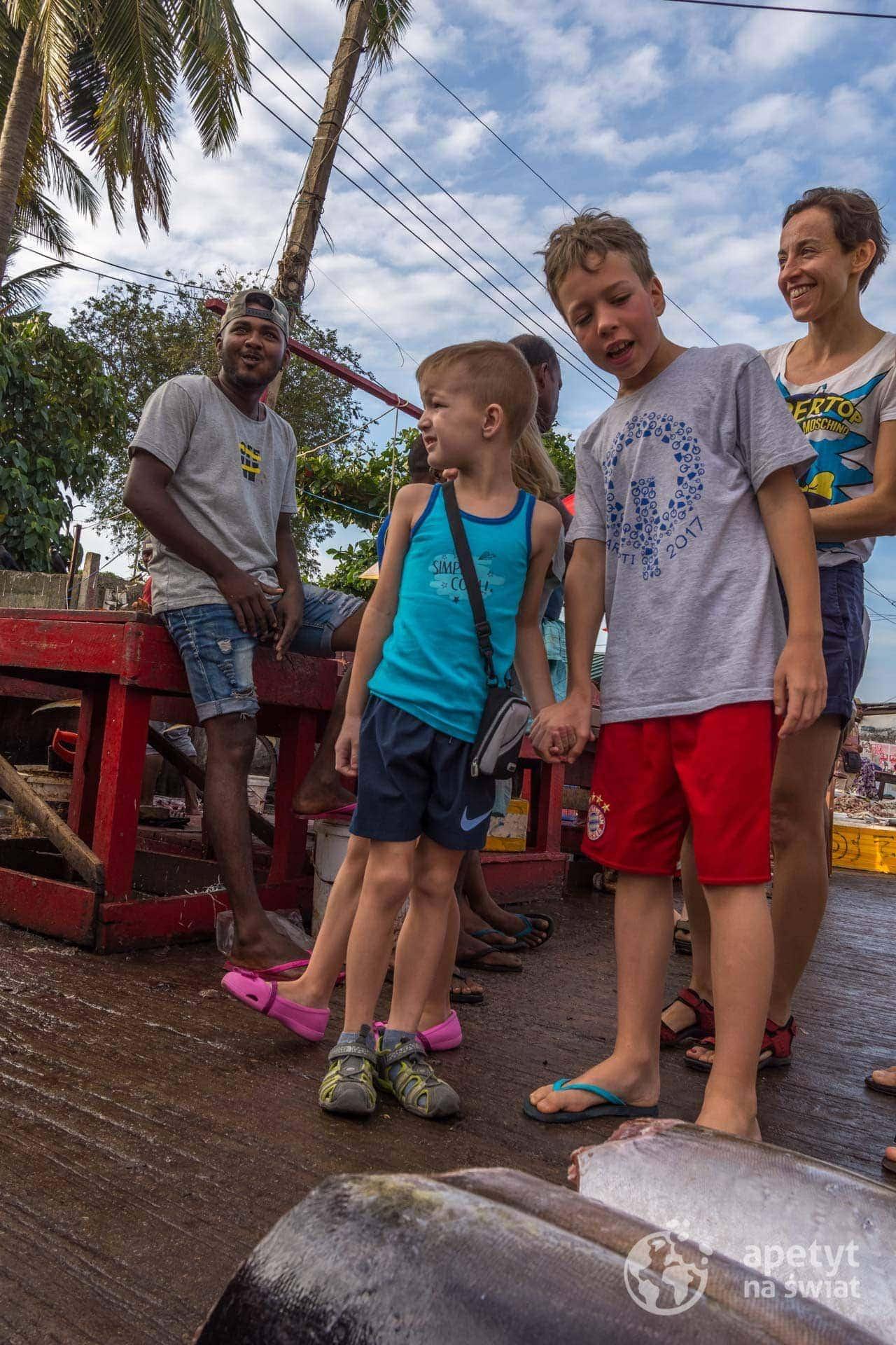 Sri Lanka, targ rybny Negombo, dzieci, Młodzi Odkrywcy