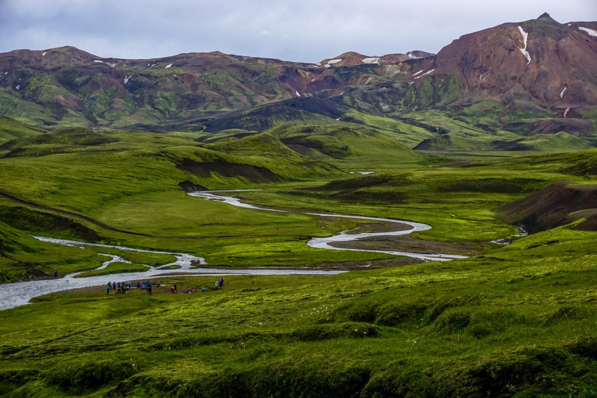 Islandia, góry izieleń, rzeka wInteriorze