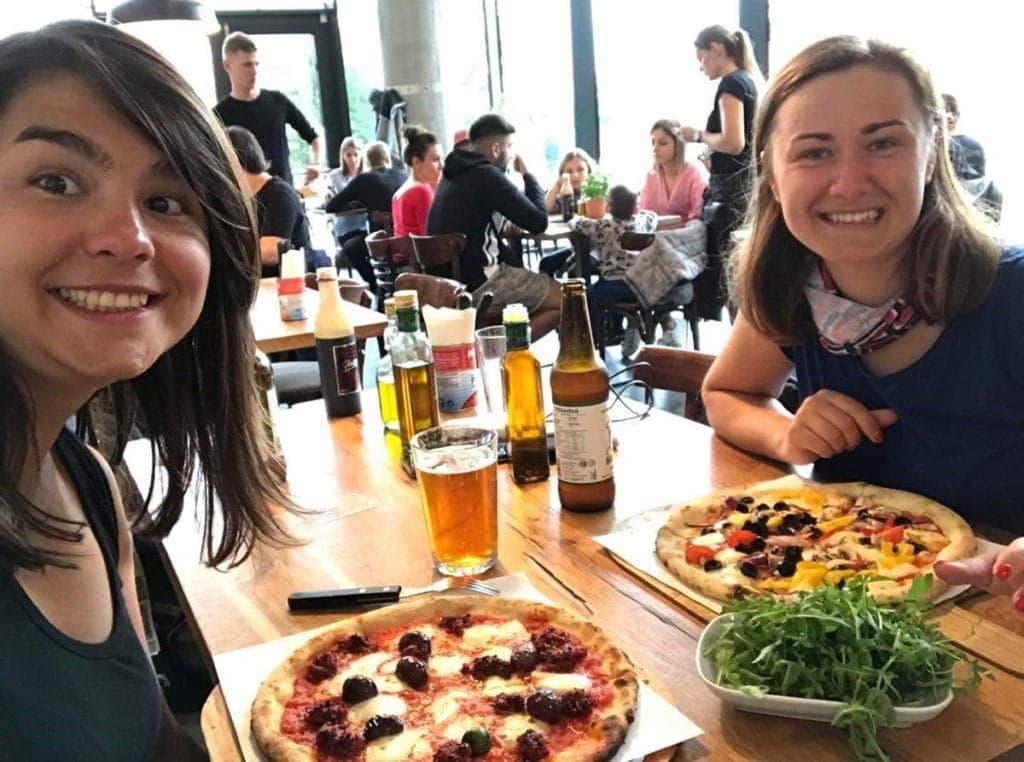 Maja iTamara jedzą pizzę wknajpie