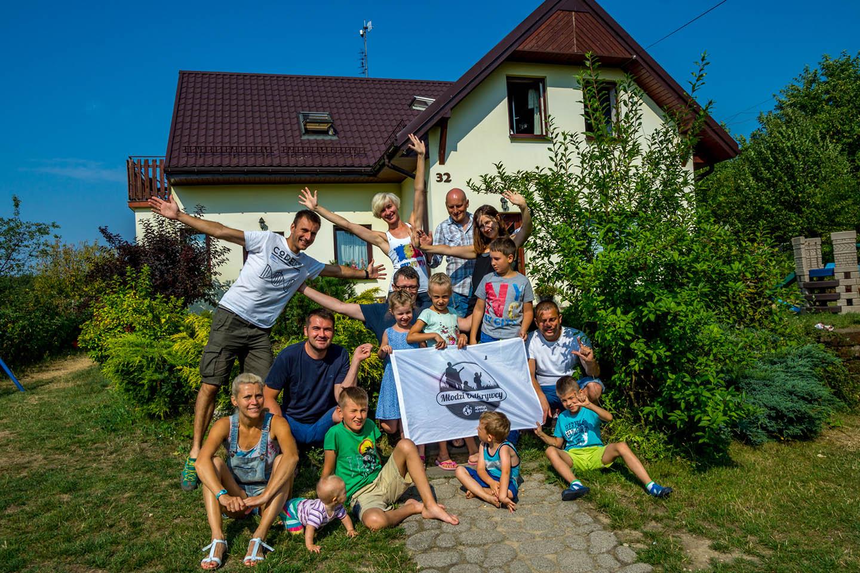 Młodzi Odkrywcy - grupa rodzin pozująca dozdjęcia