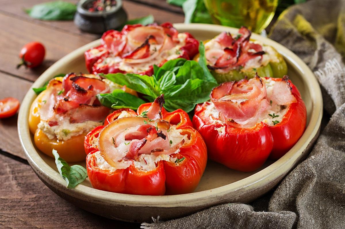 Kuchnia bałkańska - papryki nadziewane serem ibekonem