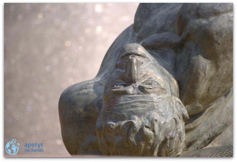 """Zbliżenie natwarz - fontanna """"Potop"""" wBydgoszczy"""